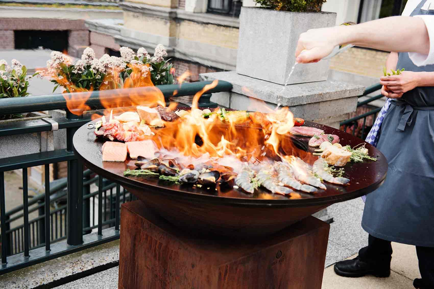 cuisson d'aliments divers sur brasero corten 100
